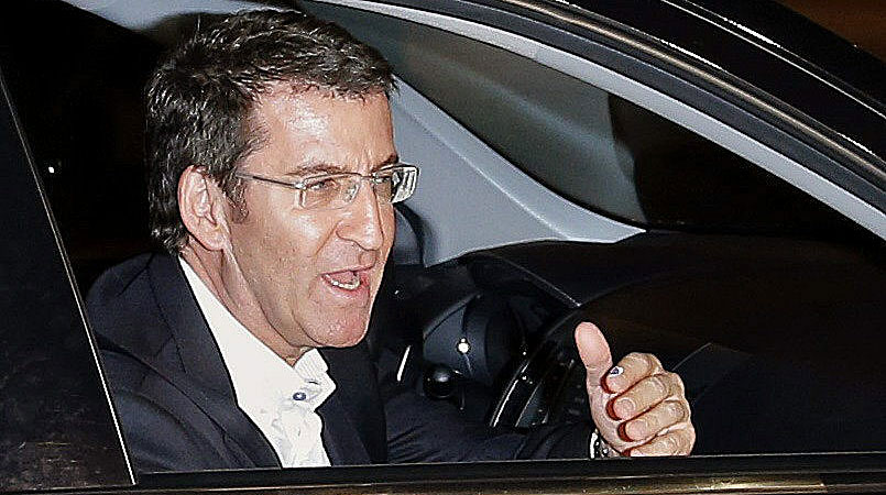 Feijóo, a su llegada a la sede del partido en Santiago.   Efe VEA MÁS IMÁGENES