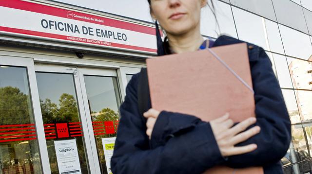 Una joven ante una oficina de empleo de Madrid. | Foto: Gonzalo Arroyo