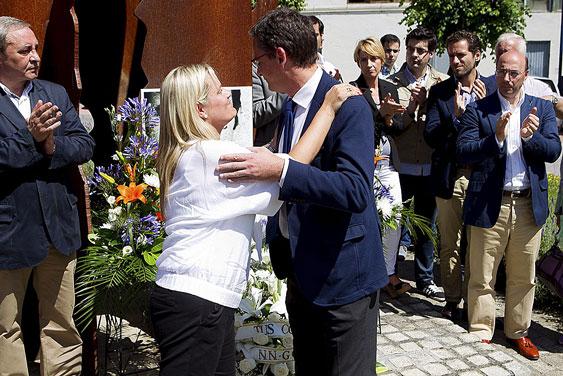 Blanco abraza a Basagoiti durante un homenaje a su hermano asesinado por ETA. | Justy