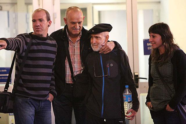 Iosu Uribetxeberria (2d.) recibe el apoyo de su hermano a la salida del hospital. | J. Corostola