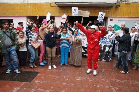 Los vecinos celebran la paralización del desahucio.   A. Pastor
