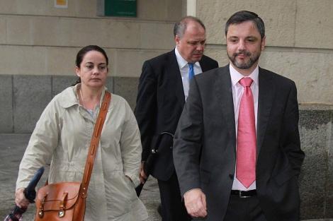 Mellet (dcha.), a la salida del juzgado tras conocer la sentencia. | Carlos Márquez