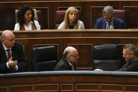 Gallardón felicita a Montoro tras la votación de las enmiendas. | Andrea Comas / Reuters