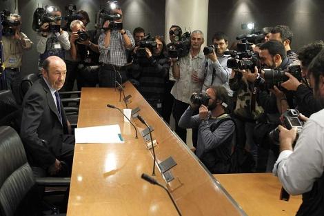 La comparecencia de Rubalcaba ha suscitado una gran expectación mediática.   J.J Guillén / Efe