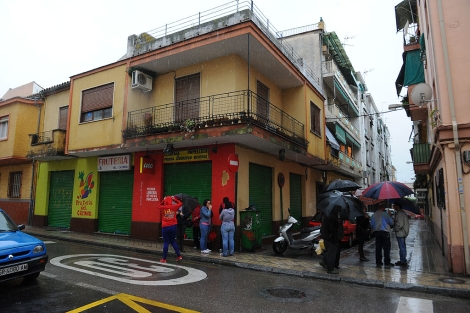 Vecinos en la puerta del establecimiento del suicida. | Jesús García Hinchado
