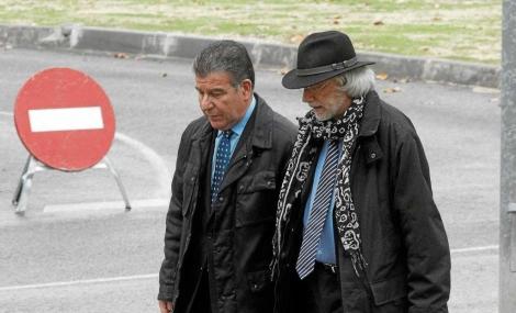 Daniel Mercado –izquierda– acudió ayer a laGuardia Civil en Tres Cantos.   José Ayma