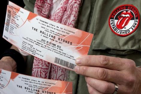 Un fan de los Rolling Stones muestra dos entradas para el concierto.   Reuters