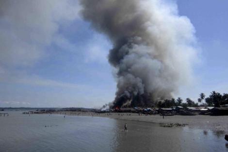 Humo provocado por los incendios en el estado de Rakhine.   Efe