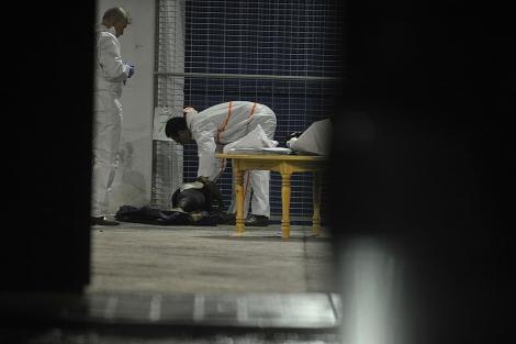 Personal sanitario prestan atención a uno de los cuerpos rescatados.| J. G. Hinchado