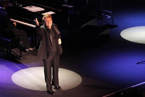 El cantante en un gesto de agradecimiento durante su interpretación. | E. Lobato
