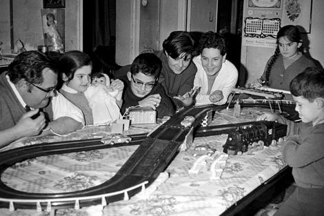 Una familia juega con el regalo de los Reyes Magos en la Navidad de los años 60.