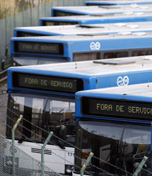 Autobuses fuera de servicio en Oporto.   Efe