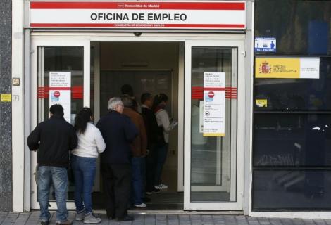 Parados hacen cola en una oficina de empleo de Madrid. | Reuters