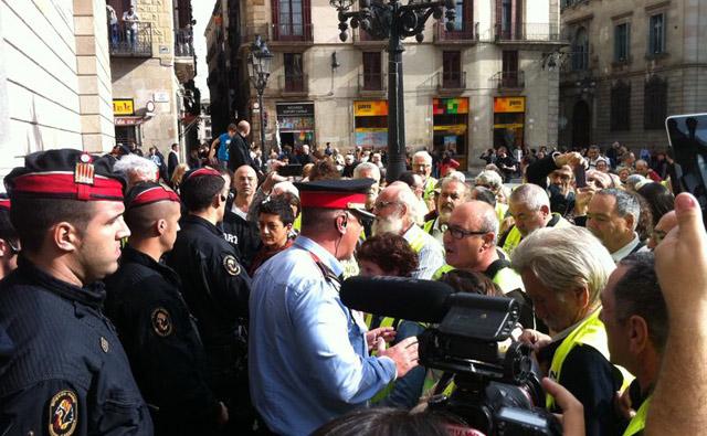 Los yayoflautas intentan tomar la Generalitat..