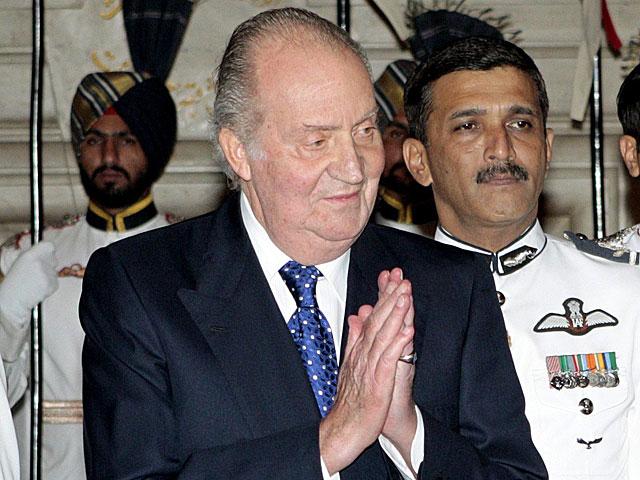 El Rey saluda antes de una cena con el presidente indio, Pranab Mujerjee. | Alberto Martín / Efe