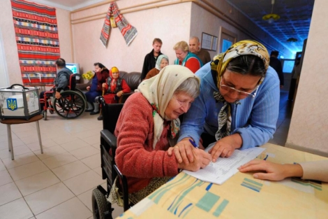 Votación en el pueblo de Rusaki.   Reuters