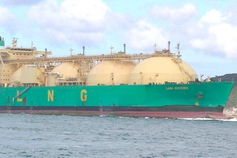 Barco de transporte de gas natural licuado.