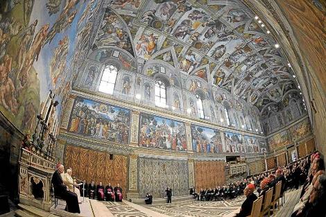 El Papa, en un encuentro con artistas en la Capilla Sixtina, en 2009. | Reuters
