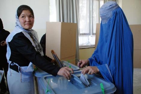 Una afgana vota en Kabul en las elecciones presidenciales de 2009. | Mònica Bernabé