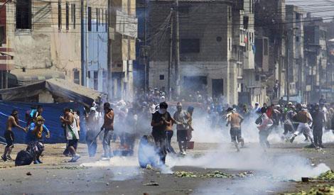 Los disturbios por el control del mercado.| Reuters