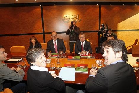Laura Mintegi y Pello Urizar al inicio de la reunión con Iñiigi Urkullu.  Iñaki Andrés
