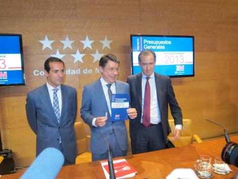 El presidente regional, Ignacio González, muestra los presupuestos.  E. M.