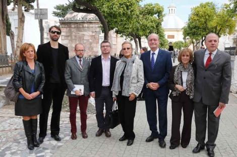 Los poetas, rodeados por las autoridades, en el cementerio.   A. Pastor