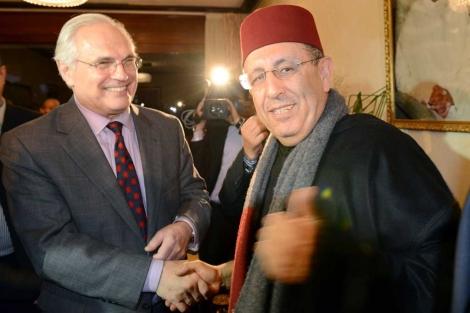 El enviado especial de la ONU, Christopher Ross, saluda al ministro Yusef Lamrani, en Rabat. | Afp