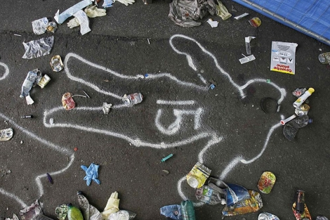 Rastro marcado por la policía de una de las víctimas en la Love Parade alemana.