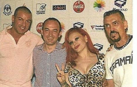 Miguel Ángel Flores y Miguel Villanueva, a la izquierda, y la cantante Alaska. | Vanity Gay