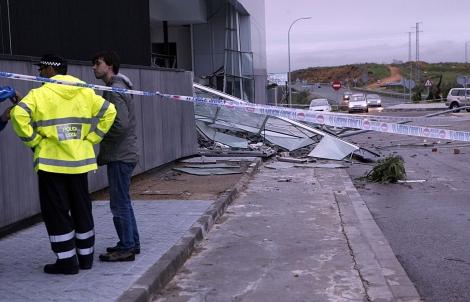 Destrozos en el centro médico de Mairena. | J. Morón