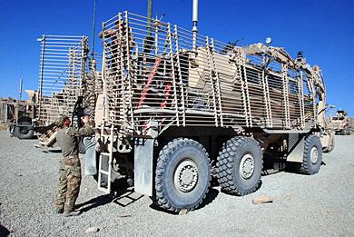 Un militar prepara un vehículo, este sábado en la provincia de Paktika. | M. B.