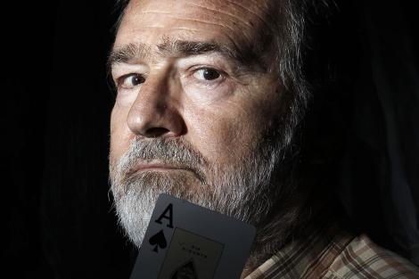Gonzalo García Pelayo, fotografiado con una carta de póker, otra de sus aficiones. | A. Heredia