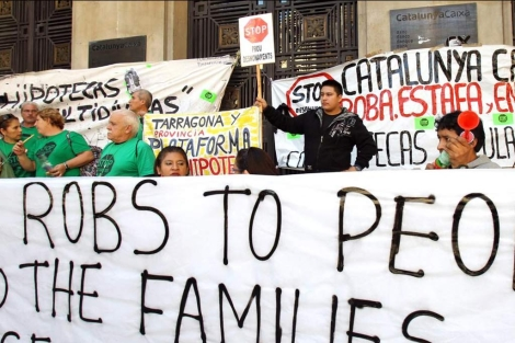 Un centenar de activistas ocupan la sede de Catalunya Caixa. | Efe