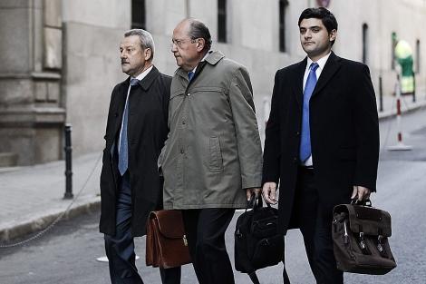 El presidente de la Caja Insular de Canarias, José Manuel Suárez del Toro (en el centro), a su llegada esta mañana a la Audiencia Nacional, en Madrid. Efe