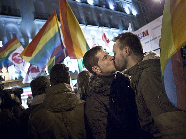 Dos hombres celebran en Sol la sentencia del Constitucional. | Alberto Di Lolli