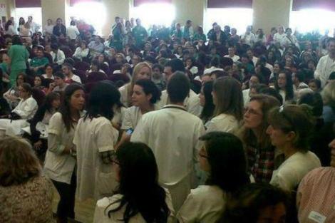 Trabajadores de La Princesa, ayer, durante la concentración. | E. M.