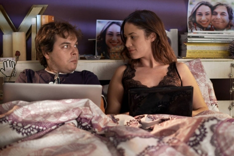 Aida Folch y Jimmy Barnatán, en un capítulo de la serie.