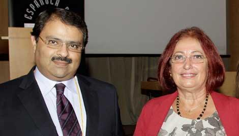 El embajador de Egipto en España, Ayman A. Zaineldine, y la egiptóloga Hourig Sourouzian, durante el acto celebrado en Madrid.| AEDE