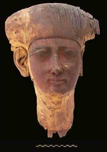 Cabeza en madera hallada en la necrópolis de Qubbet el Hawa.