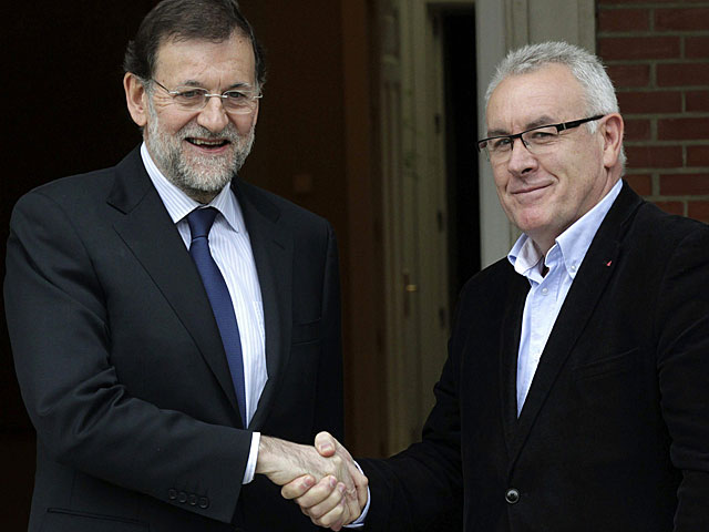 Rajoy y Cayo Lara, en la puerta de La Moncloa. | Sergio Barrenechea / Efe