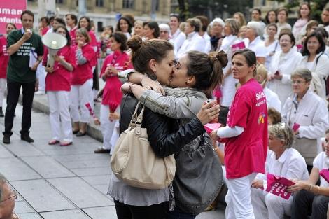 Dos jóvenes se besan en una manifestación contra el matrimonio homosexual.   Afp