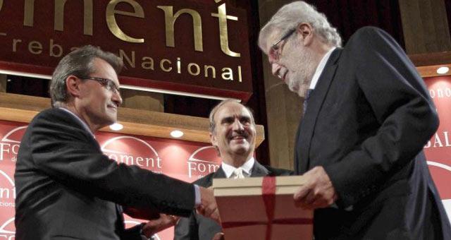El presidente de la patronal catalana, Joaquim Gay (c), junto a Artur Mas (i) y José Manuel Lara (d).  Efe