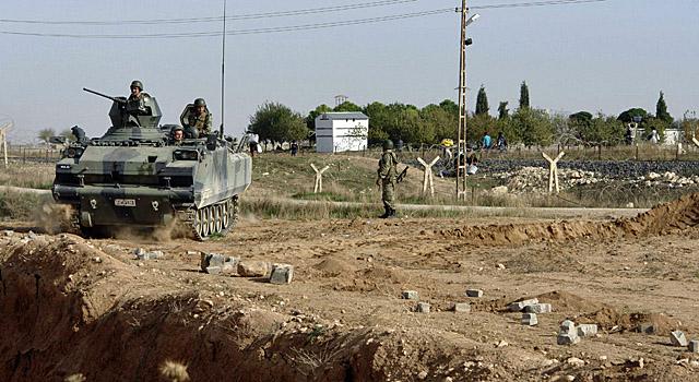 Soldados turcos hacen guardia en el pueblo de Ceylanpinar. Varios civiles turcos están heridos. | Reuters