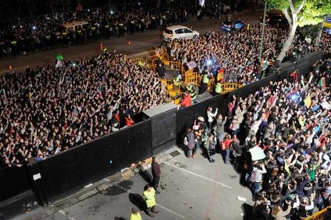 Imagen de la multitud reunida en las puertas del estudio de 'El Hormiguero'.   E.M.