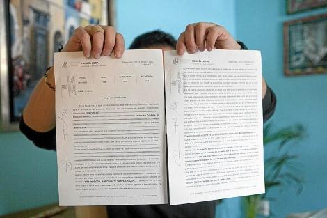 El primo del menor que ha denunciado el acoso, con las denuncias. | M. Cubero