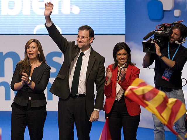 Rajoy saluda a los asistentes al mitin de Lérida. | Tarek