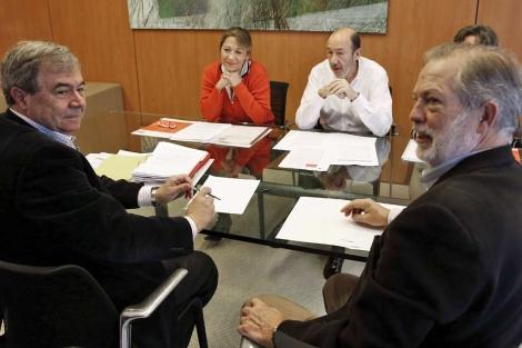 Rubalcaba, durante la reunión mantenida hoy en Ferraz. | Efe