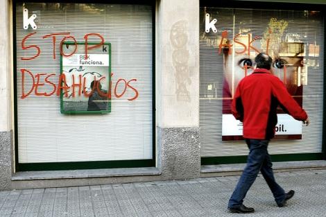 Una sucursal de Kutxabank con una pintada contra los desahucios.| Efe