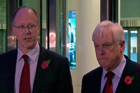 George Entwistle, junto a Chris Patten, en el anuncio de su dimisión. | Afp